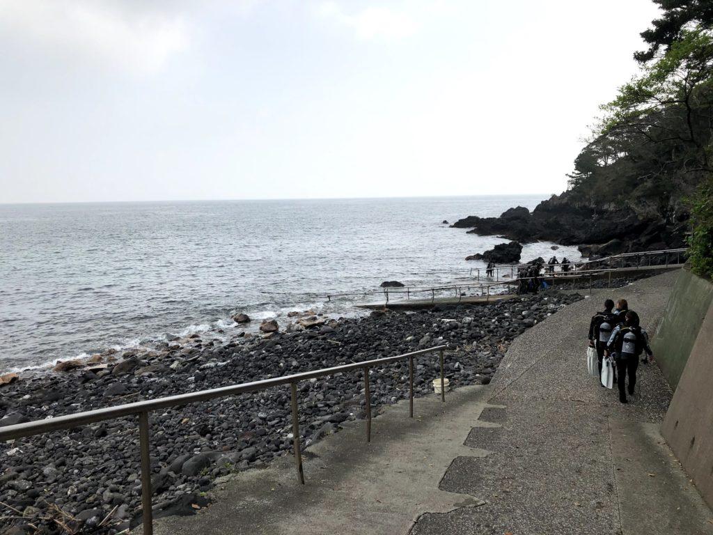 富戸のダイビングポイントに向かうスロープ